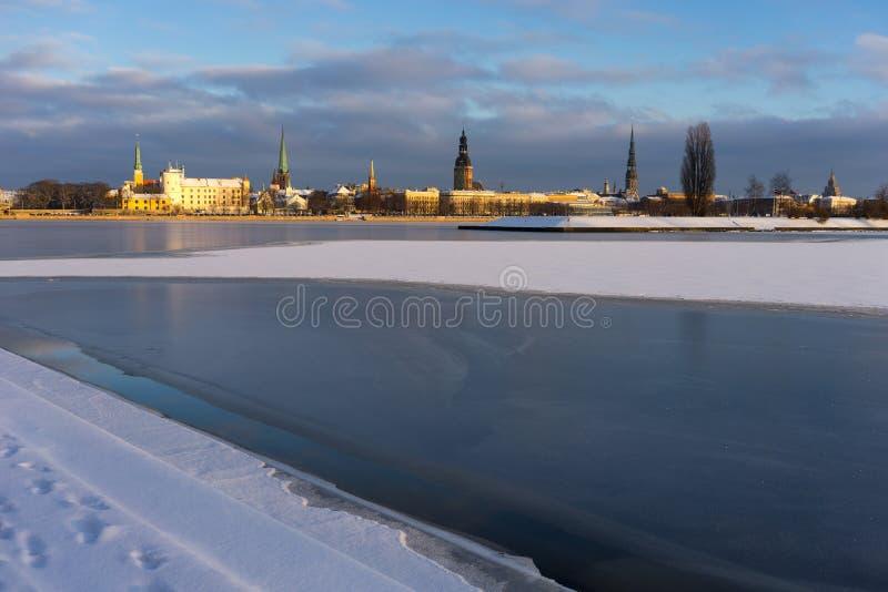 Panorama de Riga en el río congelado y la nieve fresca fotos de archivo libres de regalías