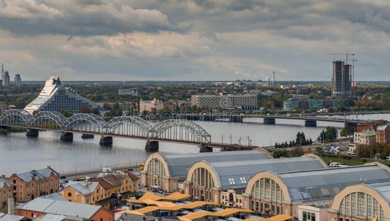 Panorama de Riga - la capital de Letonia, Europa imagenes de archivo