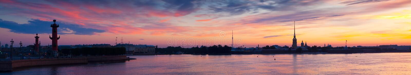 Panorama de rivière de Neva dans l'aube. St Petersbourg photos stock