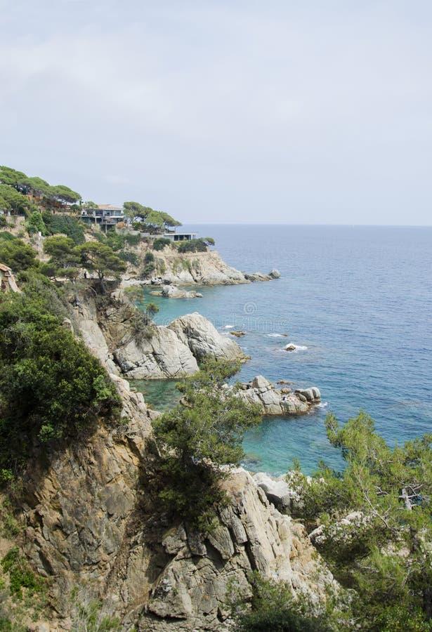 Panorama de rocas en la costa de Lloret de Mar en un día de verano hermoso, Costa Brava, Cataluña, España Costa de imágenes de archivo libres de regalías