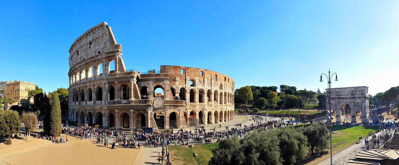 Panorama de Roma, Italia sobre el coliseo y el arco de Constantina imagen de archivo libre de regalías