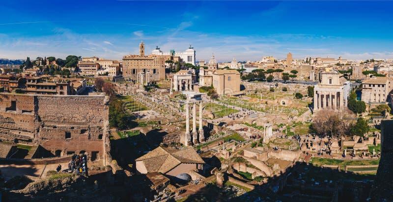 Panorama de Roman Forum Foro Romano y de las ruinas romanas como ven fotografía de archivo libre de regalías
