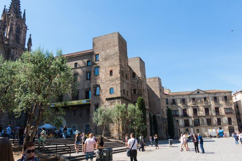 Panorama de Roman Gate antiguo y de Placa Nova, Barri Gothic Quar fotos de archivo
