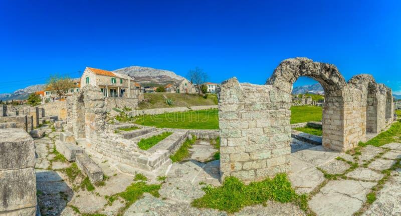 Panorama de ruínas velhas na região de Dalmácia, Croácia de Salona fotografia de stock