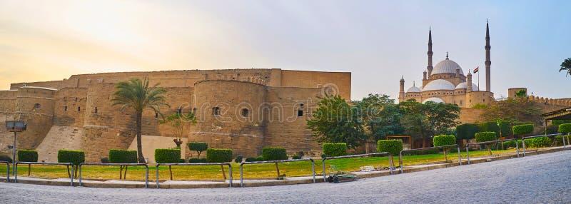 Panorama de Saladin Citadel avec le mur médiéval préservé, les tours énormes, la mosquée en hausse d'albâtre et le jardin d'agrém image stock
