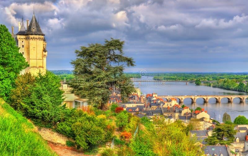 Panorama de Saumur no Rio Loire em França fotos de stock