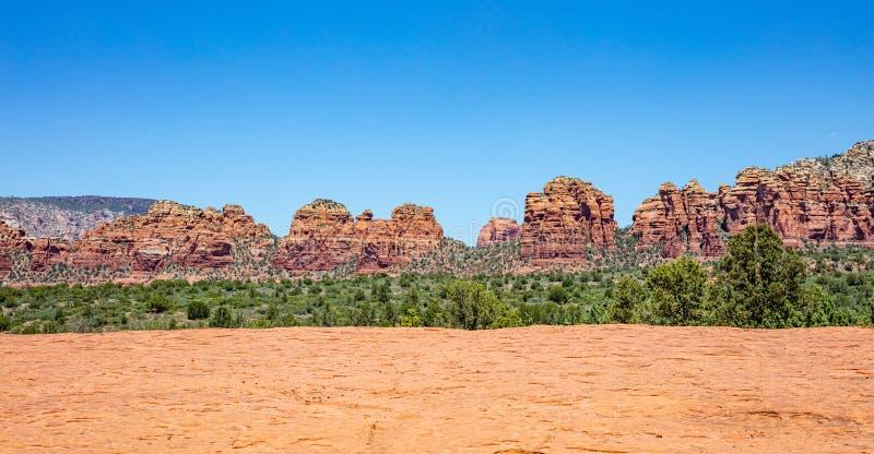 Panorama de Sedona o Arizona EUA Formações de rocha alaranjadas vermelhas da cor, céu azul, dia de mola ensolarado imagens de stock