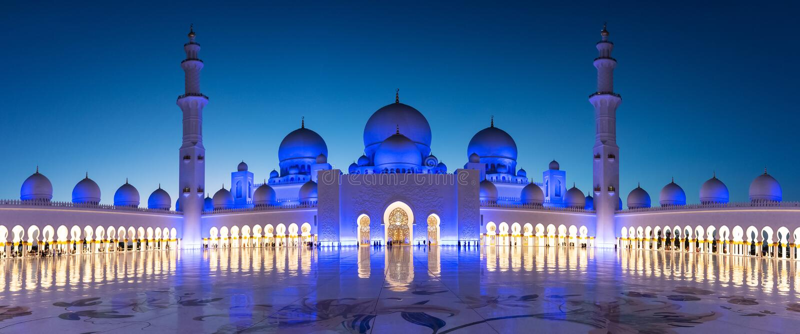 Panorama de Sheikh Zayed Grand Mosque em Abu Dhabi perto de Dubai na noite, UAE fotografia de stock