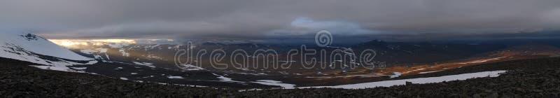 Panorama de shinig du soleil de minuit au-dessus des montagnes image libre de droits
