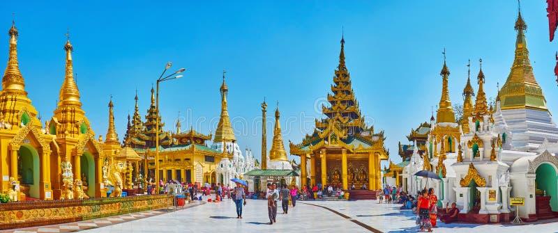 Panorama de Shwedagon Zedi Daw avec la maison fleurie d'image, Yangon, photos stock