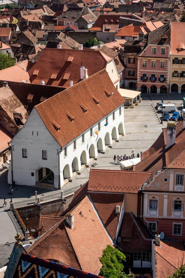 Panorama de Sibiu, Transilvania, Rumania, centrada en el gremio Pasillo de los carniceros fotos de archivo