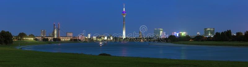 Panorama de soirée de Dusseldorf avec la tour de Rheinturm TV, Allemagne photo libre de droits