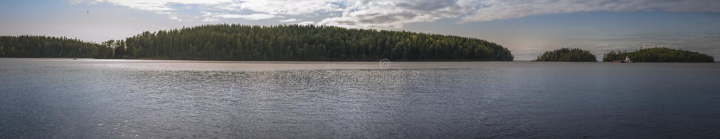 Panorama de soirée des îles dans le lac Ladoga photos stock