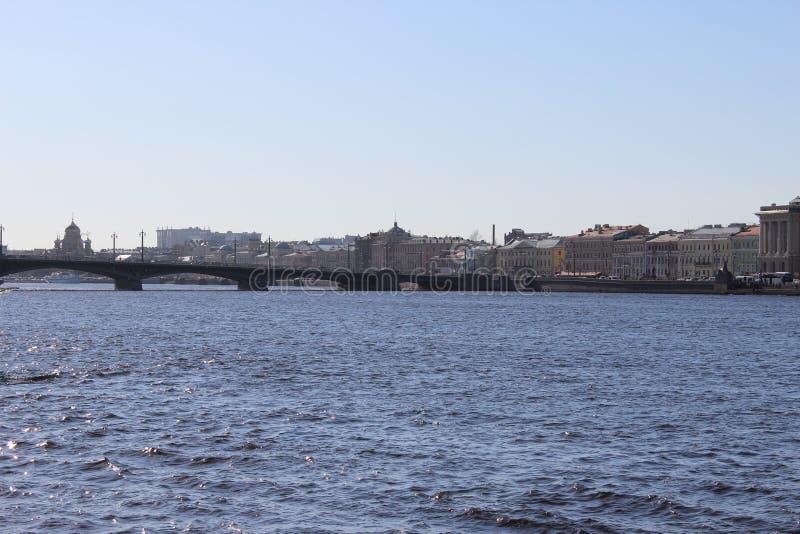 Panorama de St Petersburg de la ville avec un pont et des bâtiments photos libres de droits