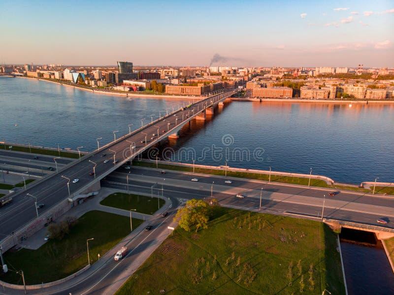 Panorama de St Petersburg Rusia Centro de ciudad Alexander Nevsky Bridge R?o de Neva Alexander Nevsky Square Configuraci?n imagenes de archivo