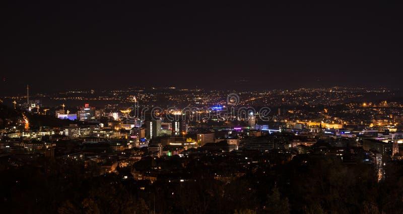Panorama de Stuttgart en la noche con la estación principal y foto de archivo