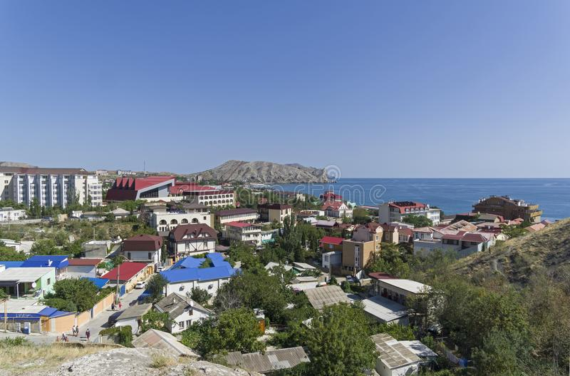 Panorama de Sudak - una ciudad de vacaciones en la costa del Mar Negro de Crim imagenes de archivo