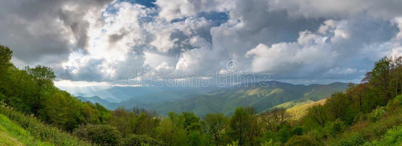 Panorama de Sun et de nuages au-dessus de Ridge Mountains bleu image stock