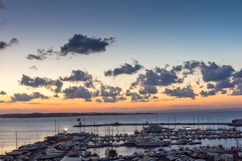 Panorama de surpresa do porto de Sozopol, região da noite de Burgas, Bulgária fotografia de stock