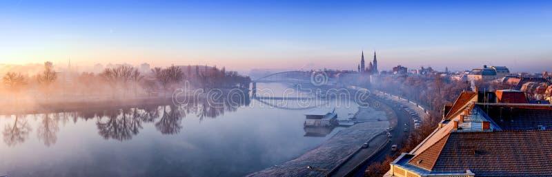 Panorama de Szeget com o rio de Tisza e a igreja votiva visíveis no th fotos de stock royalty free