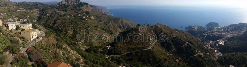 Panorama de Taormina de la nature et des montagnes méditerranéennes vertes, terrasse scénique au-dessus du littoral image libre de droits