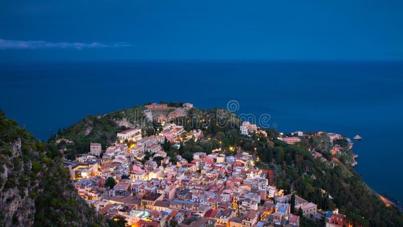 Panorama de Taormina pendant l'heure bleue photo stock