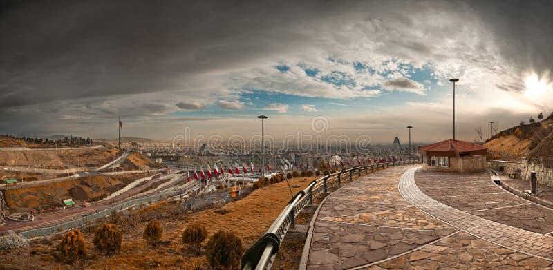 Panorama de Tehran do parque de Nahjolbalagheh em Sunny Overcast Day imagem de stock