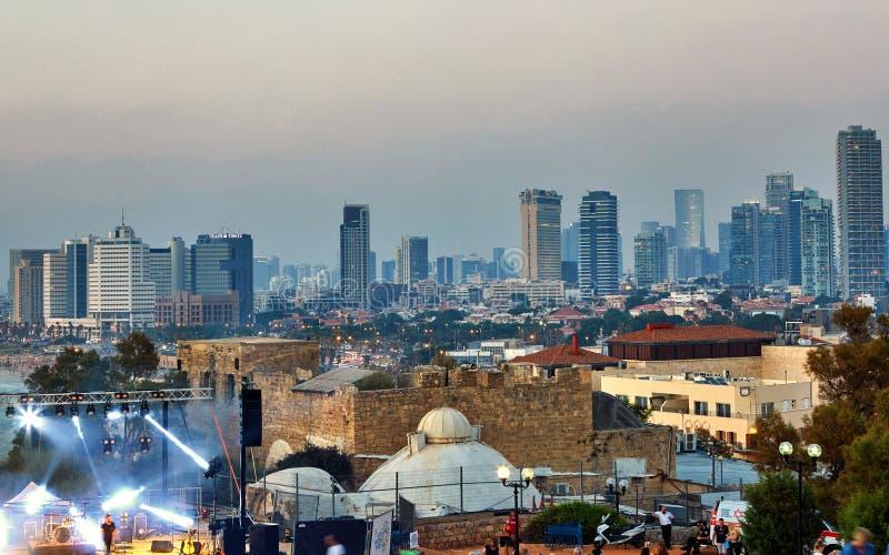 Panorama de Tel Aviv no por do sol, linha litoral com hotéis Ideia da fase para desempenhos, nivelando concertos para imagens de stock