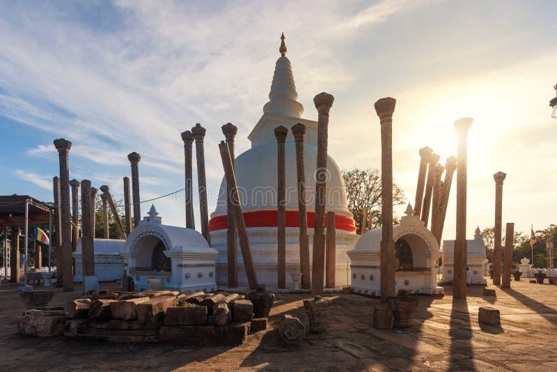 Panorama de Thuparama Dagoba avec de belles colonnes dans le contre-jour image stock