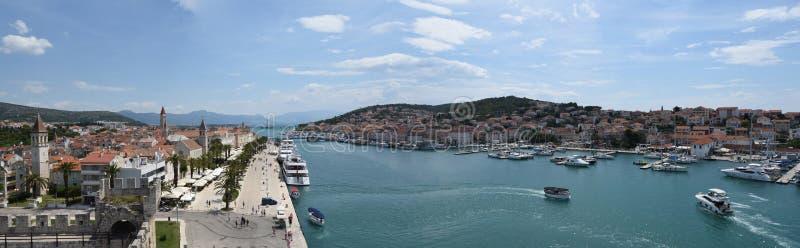 Panorama de Trogir con el canal y el puente fotos de archivo
