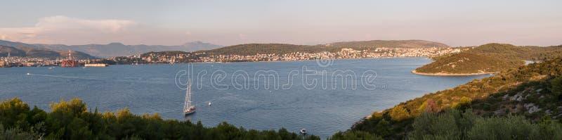 Panorama de Trogir y de la isla de Ciovo, Croacia foto de archivo