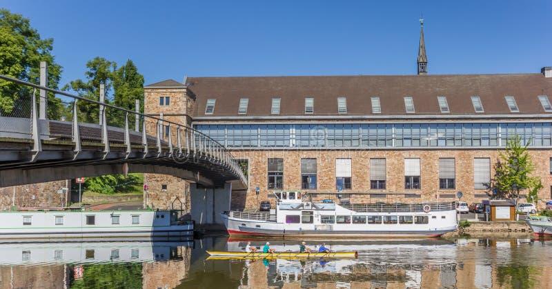 Panorama de um barco de enfileiramento no rio de fulda em Kassel fotografia de stock