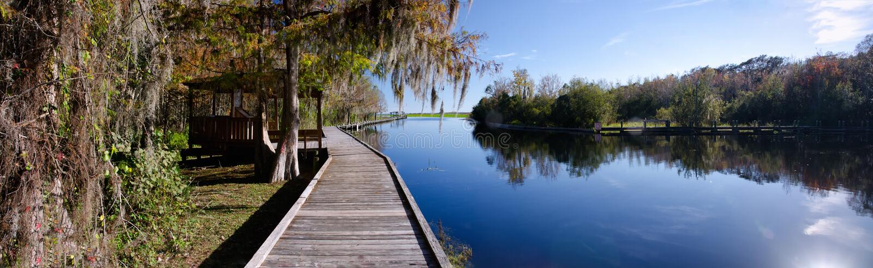 Panorama de um cais velho em um lago de água doce, Florida fotos de stock