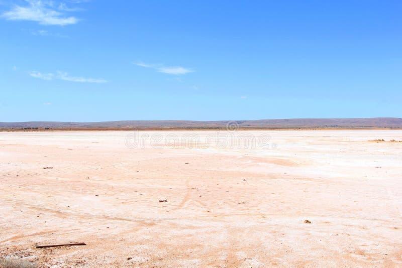 Panorama de um lago de sal cor-de-rosa no deserto, interior australiano foto de stock