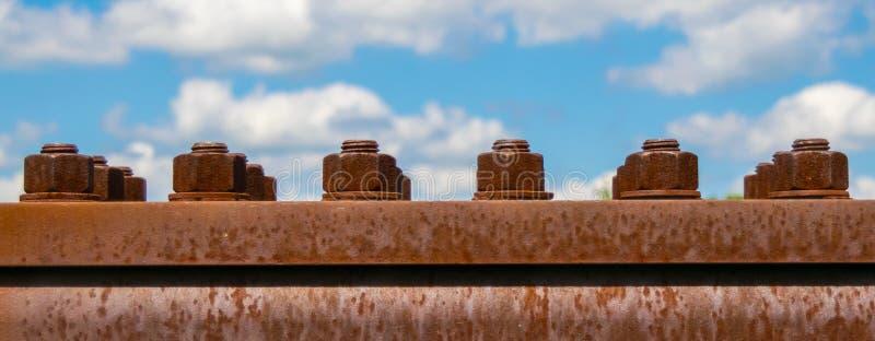 Panorama de um parafuso oxidado em uma placa de metal fotos de stock
