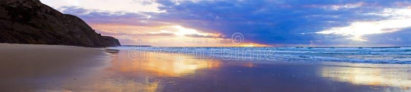 Panorama de um por do sol bonito em Portug fotografia de stock