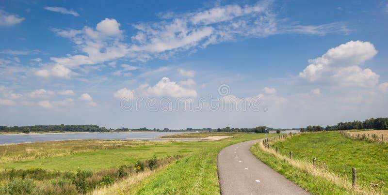 Panorama de um trajeto da bicicleta ao longo do rio Waal fotografia de stock