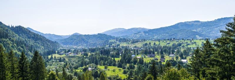 Panorama de uma aldeia da montanha imagens de stock royalty free