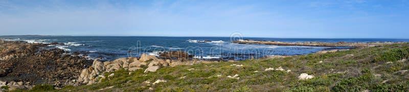Panorama de uma costa rochosa imagens de stock royalty free