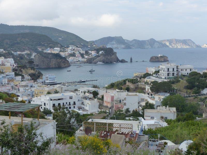 Panorama de uma vila em uma baía na ilha de Ponza em Itália foto de stock