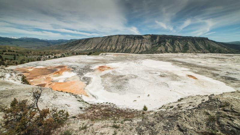 Panorama de un área más baja de las terrazas cerca parque nacional de Mammoth Hot Springs, Yellowstone, Wyoming imágenes de archivo libres de regalías