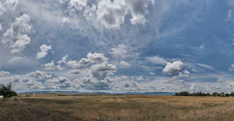 Panorama de un cielo nublado hermoso sobre los campos fotos de archivo