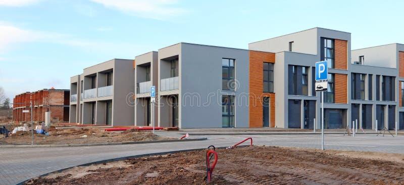 Panorama de un estándar moderno ningún construc de las construcciones de viviendas del nombre foto de archivo