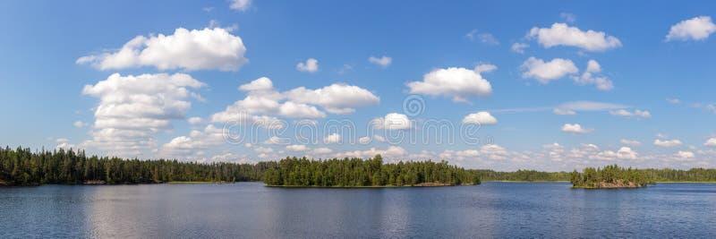 Panorama de un lago del bosque imagen de archivo libre de regalías