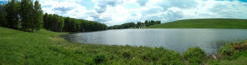 Panorama de un prado del verano con un río fotos de archivo libres de regalías