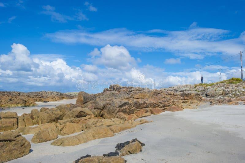 Panorama de una costa y de una playa irlandesas a lo largo del Océano Atlántico en verano fotos de archivo