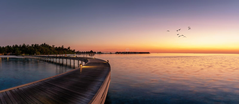 Panorama de una puesta del sol sobre una isla tropical en los Maldivas imagen de archivo libre de regalías