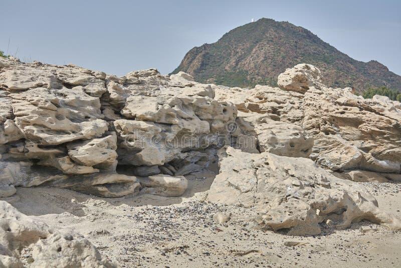 Panorama de una roca de la piedra caliza en la playa fotos de archivo libres de regalías