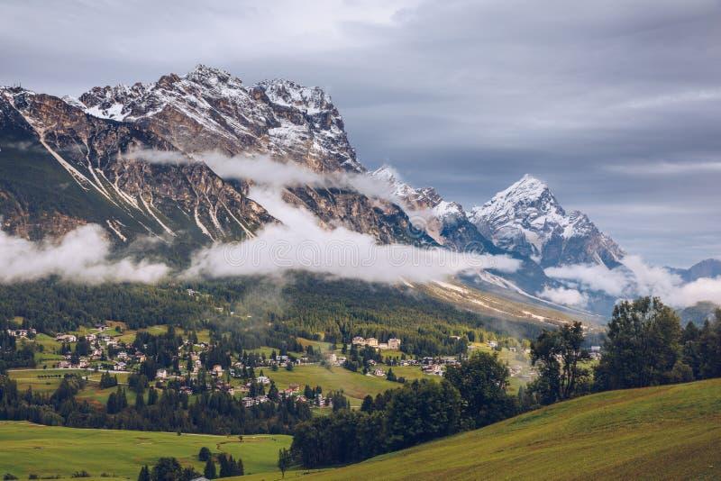 Panorama de vallée de Boite avec Monte Antelao, le plus haut mountai photos stock