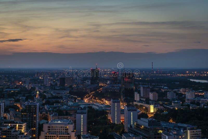 Panorama de Varsovie à la nuit. photographie stock libre de droits